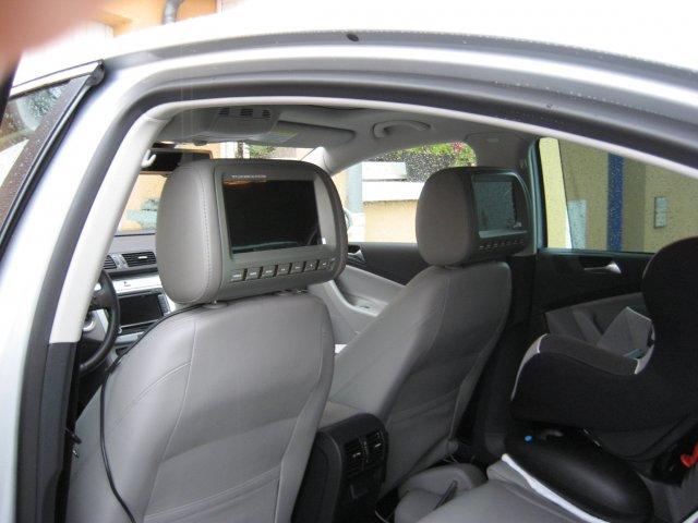 un appuie t te autoradio est la fois une repose t te et un cran pour les passagers sur la. Black Bedroom Furniture Sets. Home Design Ideas